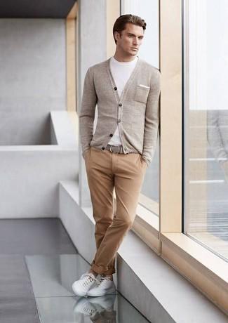 Поклонникам стиля casual придется по вкусу сочетание белой футболки с круглым вырезом и светло-коричневых брюк чинос. Любители рискованных вариантов могут дополнить образ белыми низкими кедами.