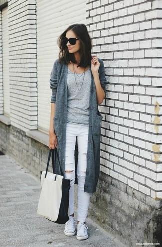 Как и с чем носить: серый вязаный кардиган, серая футболка с круглым вырезом, белые рваные джинсы скинни, белые низкие кеды из плотной ткани