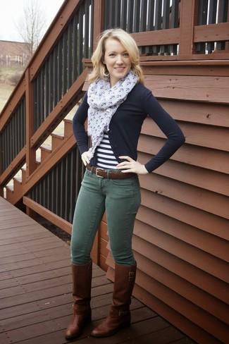 Темно-зеленые джинсы скинни: с чем носить и как сочетать: Черный кардиган в паре с темно-зелеными джинсами скинни — замечательный вариант для создания ансамбля в стиле элегантной повседневности. Пара темно-коричневых кожаных сапог очень органично вписывается в этот ансамбль.