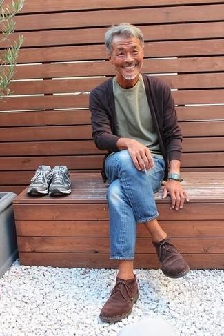 Как и с чем носить: темно-коричневый кардиган, оливковая футболка с круглым вырезом, синие джинсы, темно-коричневые замшевые ботинки дезерты