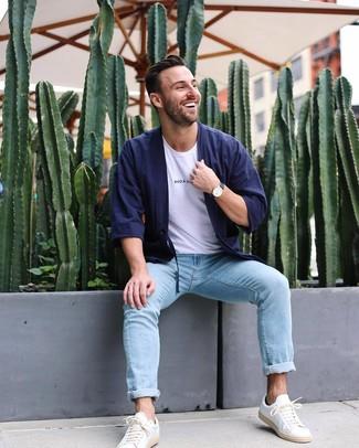 Как и с чем носить: темно-синий кардиган, белая футболка с круглым вырезом, голубые джинсы, белые кожаные низкие кеды