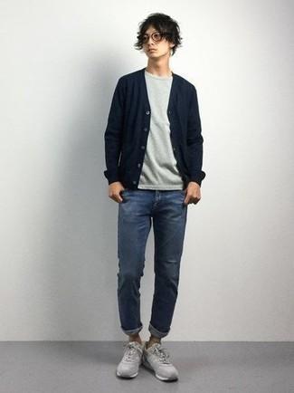 Серая футболка с круглым вырезом: с чем носить и как сочетать мужчине: Сочетание серой футболки с круглым вырезом и синих джинсов позволит составить нескучный мужской образ в стиле casual. Этот образ органично завершат серые кроссовки.