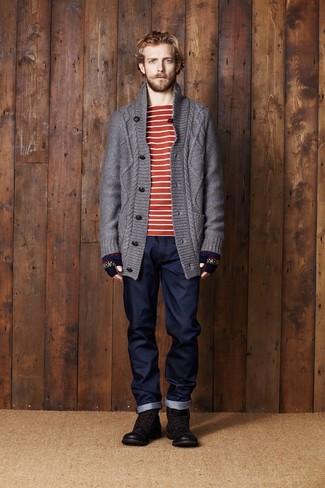 Как и с чем носить: темно-серый вязаный кардиган, красно-белая футболка с круглым вырезом в горизонтальную полоску, темно-синие джинсы, темно-коричневые кожаные повседневные ботинки
