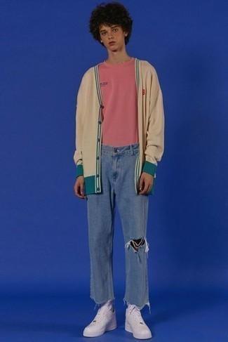 С чем носить белые кожаные низкие кеды мужчине: Бежевый кардиган и синие рваные джинсы — превосходная формула для воплощения привлекательного и незамысловатого лука. Что же до обуви, дополни ансамбль белыми кожаными низкими кедами.