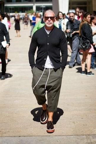 Как Nick Wooster носит Черный кардиган, Белая футболка с круглым вырезом, Оливковые спортивные штаны, Темно-коричневые кожаные туфли дерби