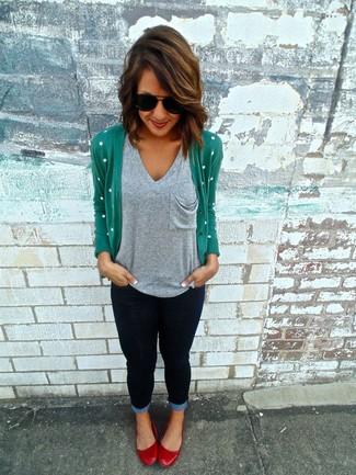 Как и с чем носить: зеленый кардиган, серая футболка с v-образным вырезом, темно-синие джинсы скинни, красные кожаные балетки