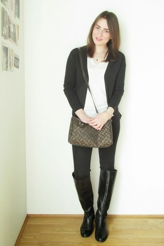Как и с чем носить: черный кардиган, белая футболка с v-образным вырезом, черные джинсы скинни, черные кожаные сапоги