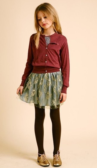 Как и с чем носить: темно-красный кардиган, темно-красная футболка с принтом, серая юбка из фатина, золотые оксфорды