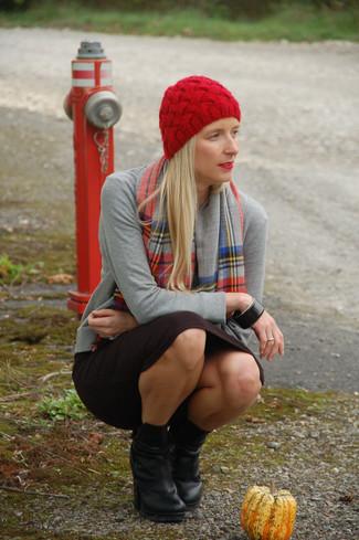 Как и с чем носить: серый кардиган, черная юбка-карандаш, черные кожаные ботильоны, красная шапка