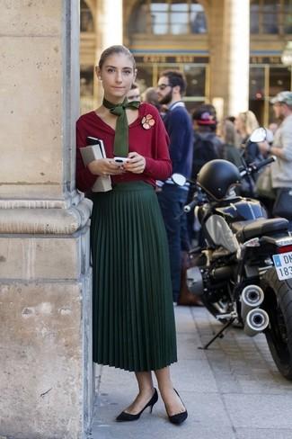 С чем носить галстук женщине: Если ты ценишь комфорт и функциональность, красный кардиган и галстук — прекрасный вариант для расслабленного образа на каждый день. Черные замшевые туфли прекрасно впишутся в ансамбль.
