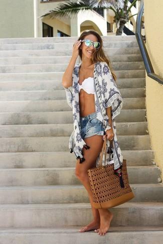 Как и с чем носить: белое кимоно с принтом, белый бикини-топ, синие джинсовые шорты, табачная кожаная большая сумка