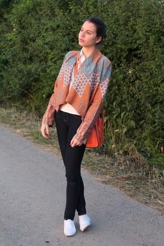 Как и с чем носить: оранжевое кимоно с геометрическим рисунком, бежевая классическая рубашка, черные джинсы скинни, белые эспадрильи