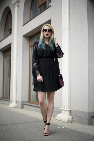 Темно-пурпурная кожаная сумка через плечо: с чем носить и как сочетать: Такое простое и комфортное сочетание вещей, как черное кружевное кимоно и темно-пурпурная кожаная сумка через плечо, понравится девушкам, которые любят проводить дни в постоянном движении. В паре с этим ансамблем наиболее гармонично выглядят черные замшевые босоножки на каблуке.