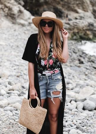 Светло-коричневая соломенная большая сумка: с чем носить и как сочетать: Черное кимоно и светло-коричневая соломенная большая сумка позволят создать легкий и функциональный лук для выходного в парке или шоппинга.