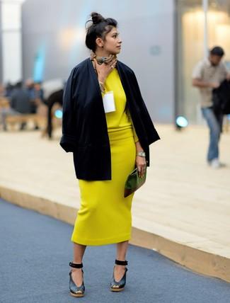 Черные кожаные босоножки на танкетке: с чем носить и как сочетать: Черное кимоно и желтая вязаная юбка-миди — must have вещи в гардеробе дамского пола с прекрасным чувством стиля. В сочетании с этим образом наиболее гармонично выглядят черные кожаные босоножки на танкетке.