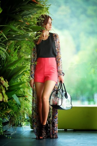 Как и с чем носить: черное кимоно с цветочным принтом, черный топ без рукавов, ярко-розовые шорты, черные замшевые босоножки на каблуке