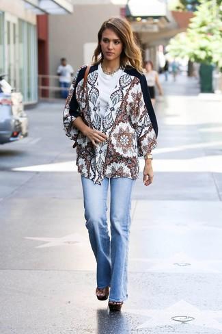 Как и с чем носить: белое кимоно с принтом, белая футболка с круглым вырезом, голубые джинсы-клеш, коричневые кожаные массивные босоножки на каблуке