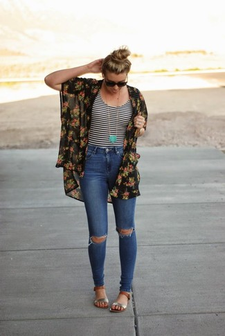 Стильное сочетание черного кимоно с цветочным принтом и синих рваных джинсов скинни подходит для мероприятий, когда удобство ставится превыше всего. Если подобный ансамбль кажется тебе слишком смелым, сбалансируй его серебряными кожаными сандалиями на плоской подошве.