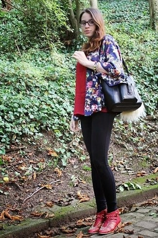 Как и с чем носить: темно-синее кимоно с цветочным принтом, красная футболка с v-образным вырезом, черные леггинсы, красные кожаные ботильоны с украшением