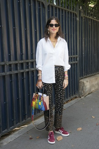 Как и с чем носить: белая классическая рубашка, черные брюки-галифе с принтом, темно-красные замшевые низкие кеды, разноцветная кожаная большая сумка