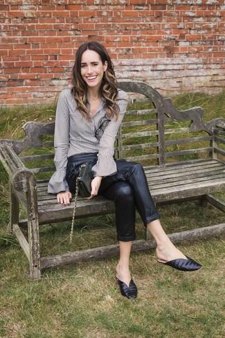Как и с чем носить: серая классическая рубашка в вертикальную полоску, черные кожаные брюки-галифе, черные кожаные сабо, черный кожаный клатч