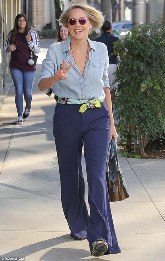 Как и с чем носить: голубая классическая рубашка из шамбре, темно-синие брюки-клеш, темно-синяя кожаная большая сумка, желтый шелковый шарф с принтом