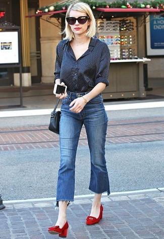 Как и с чем носить: черная классическая рубашка в горошек, синие джинсовые брюки-кюлоты, красные замшевые туфли, черная кожаная сумка через плечо