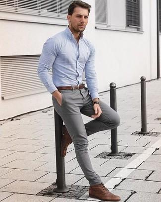 Как и с чем носить: голубая классическая рубашка в вертикальную полоску, серые брюки чинос, коричневые кожаные ботинки броги, коричневый кожаный ремень