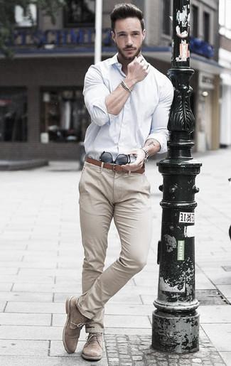 Как и с чем носить: белая классическая рубашка, бежевые брюки чинос, бежевые замшевые ботинки дезерты, коричневый кожаный ремень