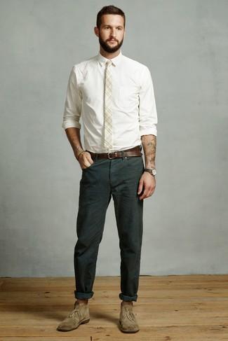 Как и с чем носить: белая классическая рубашка, темно-зеленые брюки чинос, оливковые замшевые ботинки дезерты, бежевый галстук в шотландскую клетку