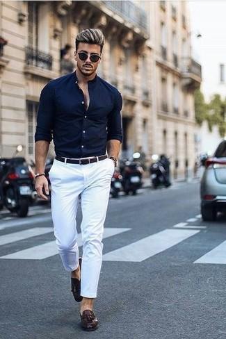 Как и с чем носить: темно-синяя классическая рубашка, белые брюки чинос, темно-коричневые кожаные лоферы с кисточками, темно-коричневый кожаный плетеный ремень