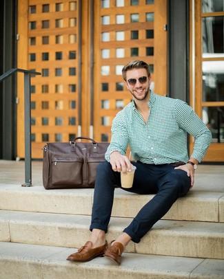 Как и с чем носить: зеленая классическая рубашка в мелкую клетку, темно-синие шерстяные брюки чинос, коричневые кожаные лоферы с кисточками, темно-коричневая кожаная дорожная сумка