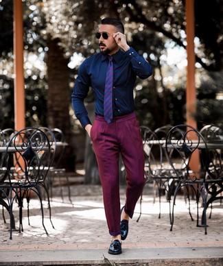 Как и с чем носить: темно-синяя классическая рубашка, пурпурные брюки чинос, черные кожаные лоферы с кисточками, пурпурный галстук в горизонтальную полоску