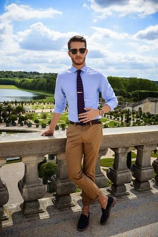 Как и с чем носить: голубая классическая рубашка, коричневые брюки чинос, черные замшевые лоферы, темно-синий галстук в горизонтальную полоску