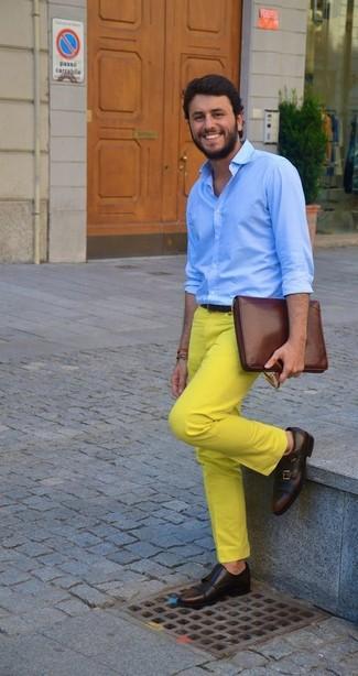 Как и с чем носить: голубая классическая рубашка, желтые брюки чинос, темно-коричневые кожаные монки с двумя ремешками, коричневый кожаный мужской клатч