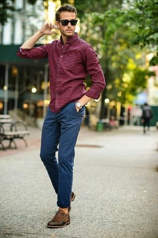Как и с чем носить: красно-темно-синяя классическая рубашка в мелкую клетку, темно-синие брюки чинос, темно-коричневые кожаные оксфорды, черные солнцезащитные очки