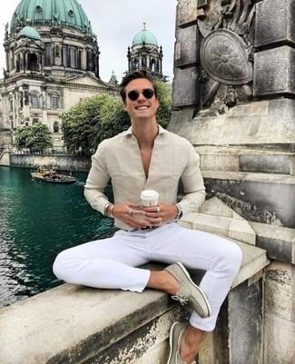 Как и с чем носить: бежевая классическая рубашка, белые брюки чинос, бежевые замшевые топсайдеры, черный кожаный ремень