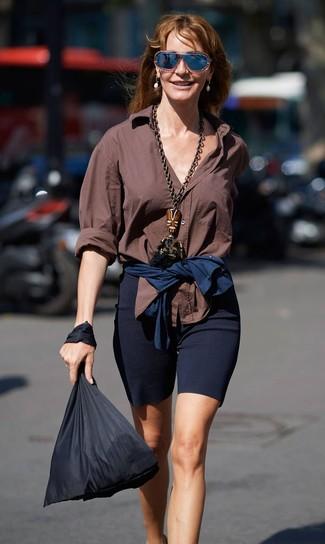 Черная большая сумка из плотной ткани: с чем носить и как сочетать: Коричневая классическая рубашка и черная большая сумка из плотной ткани позволят создать легкий и функциональный лук для выходного дня в парке или торговом центре.