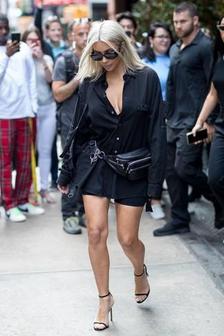 Как и с чем носить: черная классическая рубашка, черные велосипедки, черные кожаные босоножки на каблуке, черная кожаная поясная сумка
