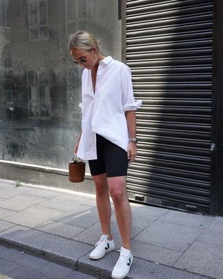 Как и с чем носить: белая классическая рубашка, черные велосипедки, белые кожаные низкие кеды, коричневая кожаная сумка-мешок