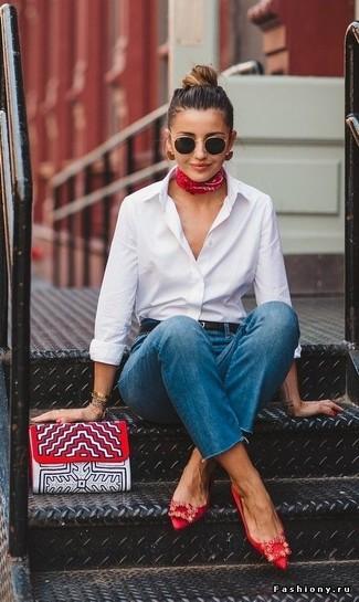 Женские луки: Белая классическая рубашка и синие джинсы будет классным вариантом для легкого ансамбля на каждый день. Чтобы наряд не получился слишком вычурным, можешь завершить его красными сатиновыми балетками с украшением.