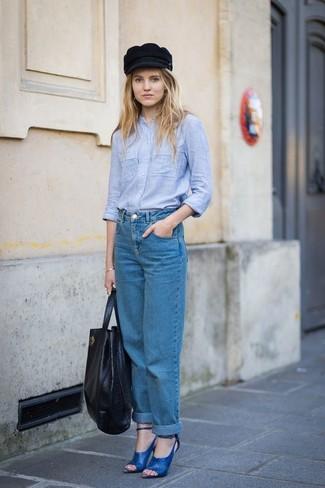 Как и с чем носить: голубая классическая рубашка из шамбре, синие джинсы-бойфренды, синие кожаные босоножки на каблуке, черная кожаная большая сумка