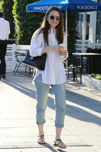 Как и с чем носить: белая классическая рубашка, голубые рваные джинсы-бойфренды, черные кожаные вьетнамки с украшением, черная кожаная сумка-саквояж