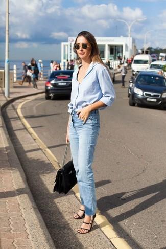 Как и с чем носить: голубая классическая рубашка, голубые джинсы, черные кожаные босоножки на каблуке, черная кожаная сумка-саквояж