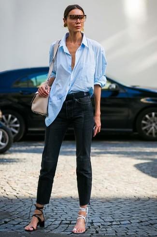 Как и с чем носить: голубая классическая рубашка, черные джинсы, белые кожаные босоножки на каблуке, черные кожаные босоножки на каблуке