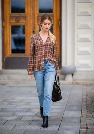 Как и с чем носить: коричневая классическая рубашка в шотландскую клетку, голубые джинсы, черные кожаные ботильоны, черная кожаная большая сумка