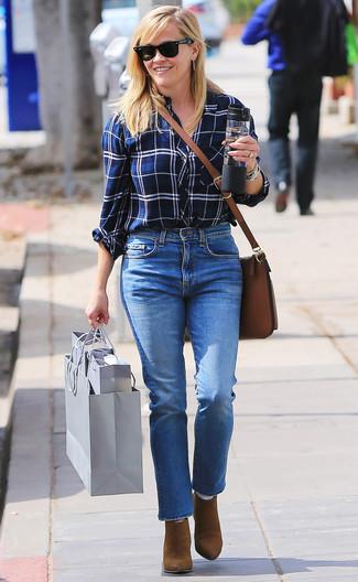 Как и с чем носить: бело-темно-синяя классическая рубашка в шотландскую клетку, синие джинсы, коричневые замшевые ботильоны, коричневая кожаная сумка через плечо