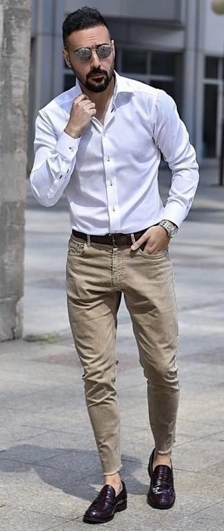 Как и с чем носить: белая классическая рубашка, светло-коричневые джинсы, фиолетовые кожаные лоферы, темно-коричневый кожаный ремень