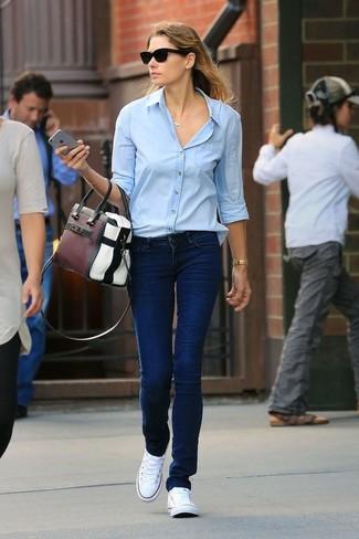 Как и с чем носить: голубая классическая рубашка, темно-синие джинсы, белые низкие кеды из плотной ткани, разноцветная кожаная большая сумка