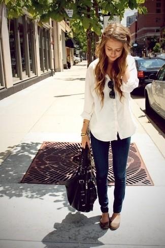 Как и с чем носить: белая классическая рубашка, темно-синие джинсы скинни, коричневые кожаные балетки, черная кожаная сумка-саквояж